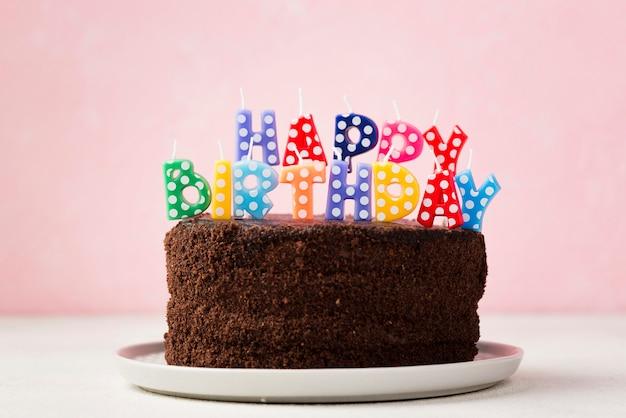 Geburtstagskonzept mit schokoladenkuchen und netten kerzen Kostenlose Fotos