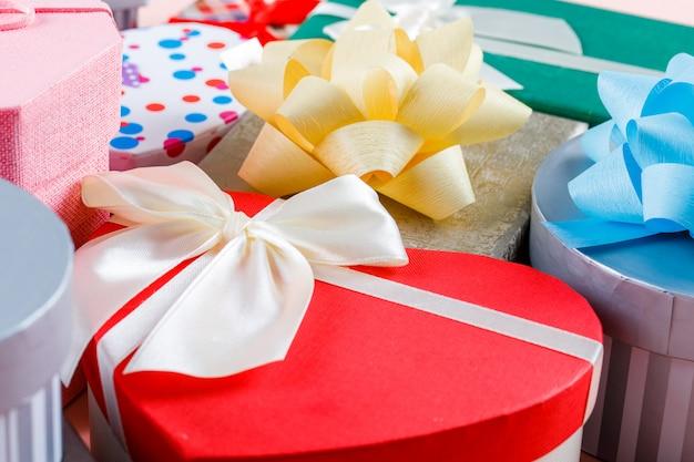 Geburtstagskonzept mit sortierten geschenkboxen auf hoher hintergrundansicht des rosa hintergrunds. Kostenlose Fotos