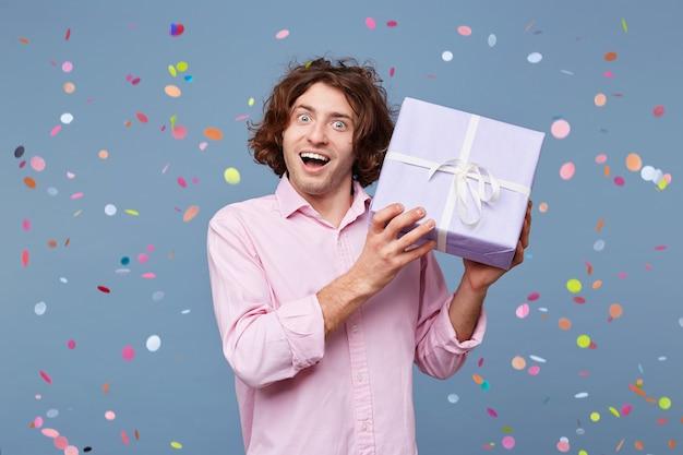 Geburtstagsmann nimmt glückwünsche entgegen Kostenlose Fotos