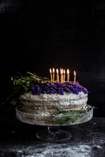 Geburtstagstorte mit blumen verziert Kostenlose Fotos