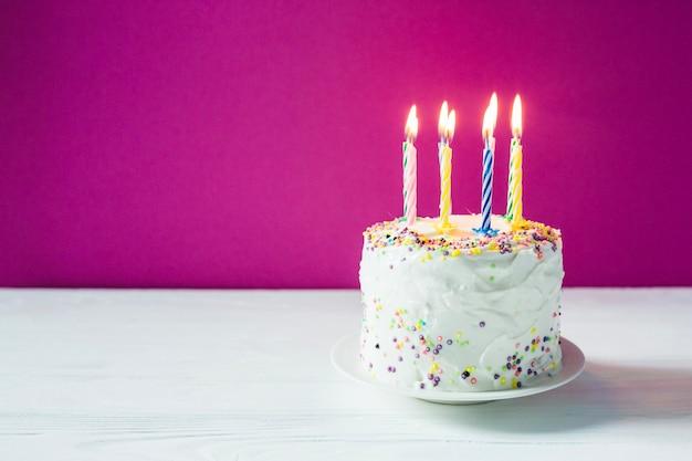Geburtstagstorte mit kerzen auf teller Kostenlose Fotos