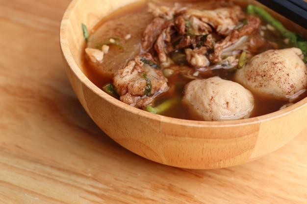 Gedämpfte schweinefleischsuppe mit fleischbällchen Premium Fotos