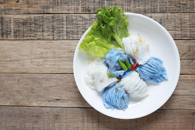 Gedämpftes reisreis-paket asiatisches thailändisches dessertessen auf holztisch Premium Fotos