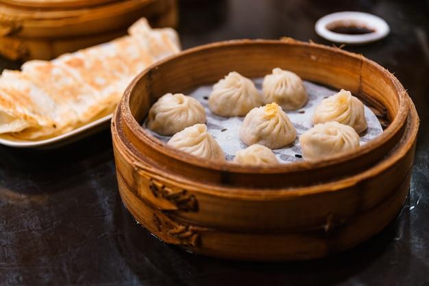 Gedämpftes xiao long bao (suppenknödel) im bambuskorb. serviert im restaurant in taipeh, taiwan. Premium Fotos