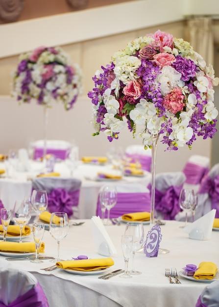 Gedeckter tisch für eine hochzeit oder ein anderes abendessen mit catering. Premium Fotos