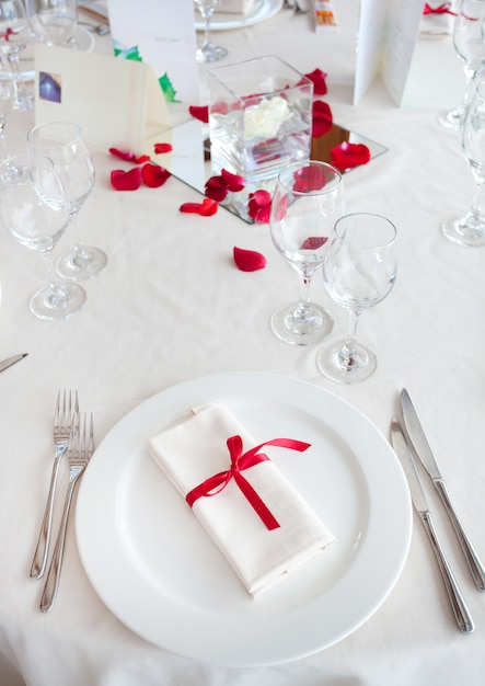 Gedeckter tisch für eine hochzeitsfeier Premium Fotos