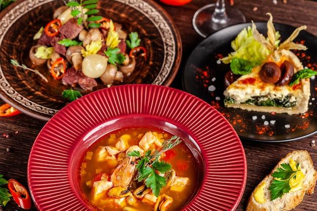 Gedeckter tisch in einem restaurant zum feiern verschiedener gerichte. Premium Fotos