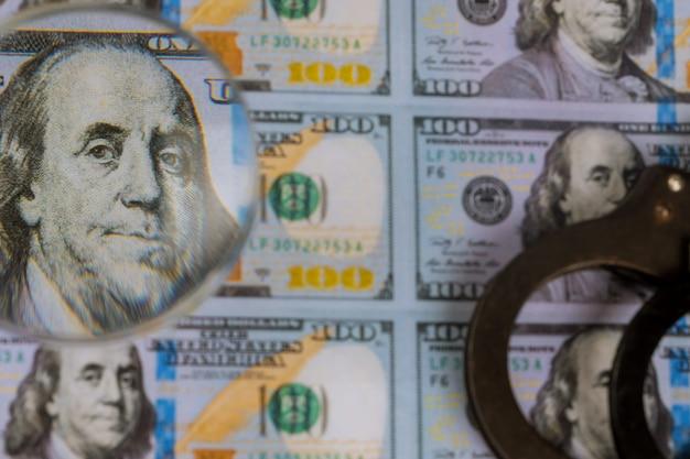 Gedruckte us-dollar-banknoten, geldfälschungen für lupen Premium Fotos