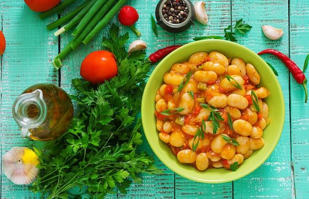 Gedünstete weiße bohnen mit gemüse in tomatensauce Premium Fotos