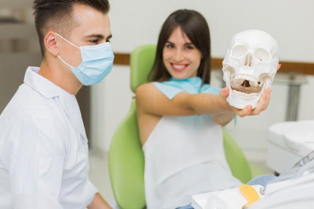 Geduldiger haltener schädel am zahnarzt Kostenlose Fotos