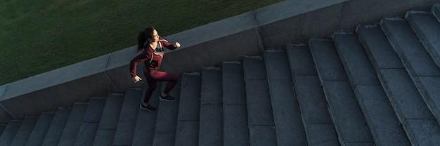 Geeignete kletternde treppe der jungen frau Kostenlose Fotos