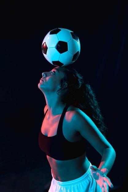 Geeignetes mädchen des erwachsenen, das tricks mit ball tut Kostenlose Fotos