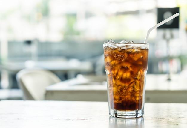 Geeiste cola auf dem tisch Premium Fotos