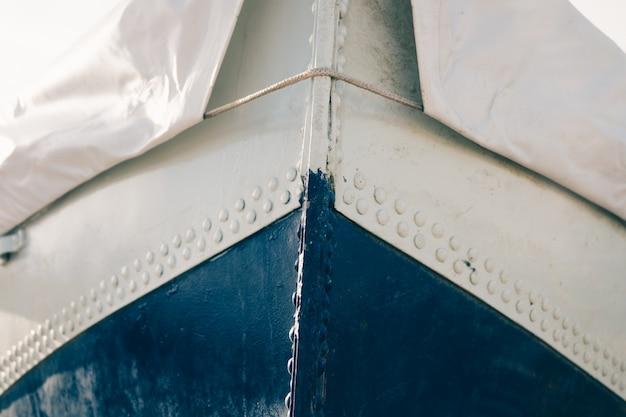 Geerntetes bild eines metallbootes bedeckt mit plane Premium Fotos