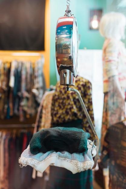 Gefaltete kleidung auf den skalen am bekleidungsgeschäft Kostenlose Fotos