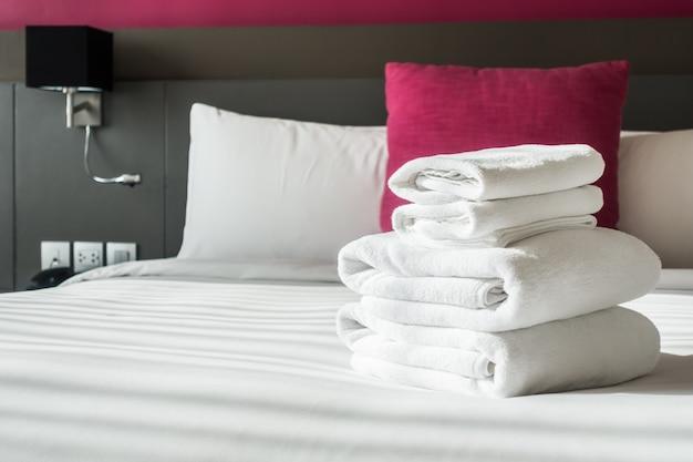 Gefaltete tücher auf dem bett Kostenlose Fotos