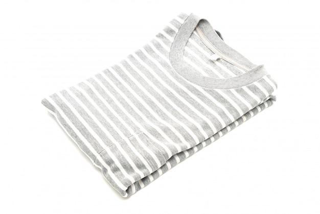 Gefaltetes gestreiftes t-shirt auf weiß Premium Fotos