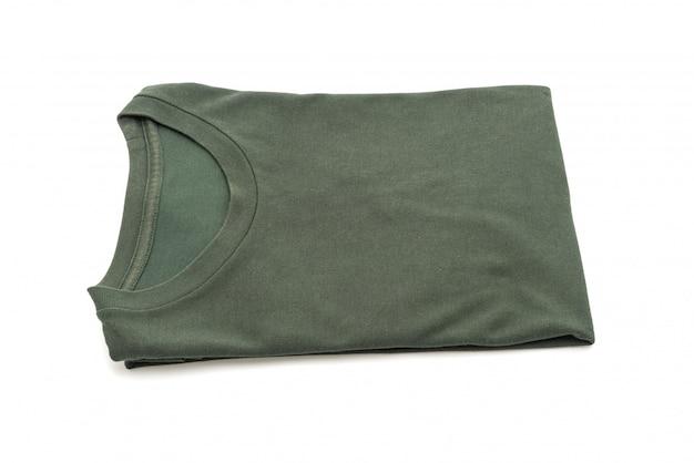 Gefaltetes t-shirt auf weiß Premium Fotos