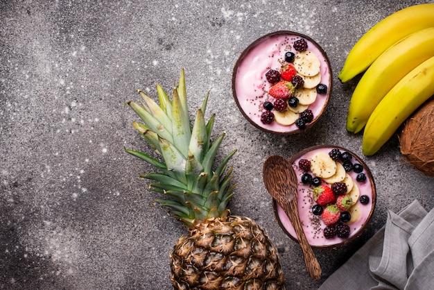 Gefrorenes dessert schöne sahne mit acai Premium Fotos