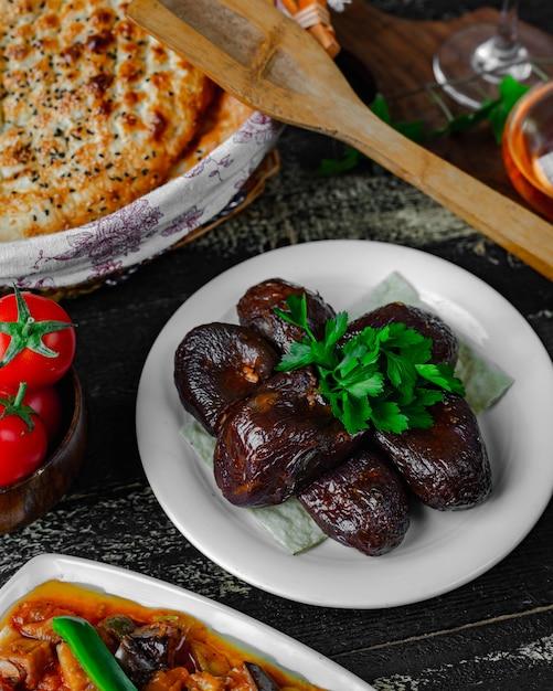 Gefüllte auberginen auf dem tisch Kostenlose Fotos