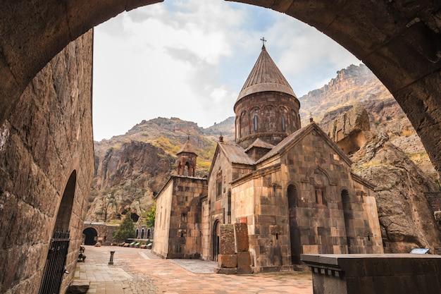 Geghardavank oder geghard kloster ist ein orthodoxes christliches kloster in der armenischen provinz kotayk Premium Fotos