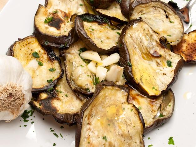 Gegrillte auberginen mit olivenöl und petersilie Premium Fotos