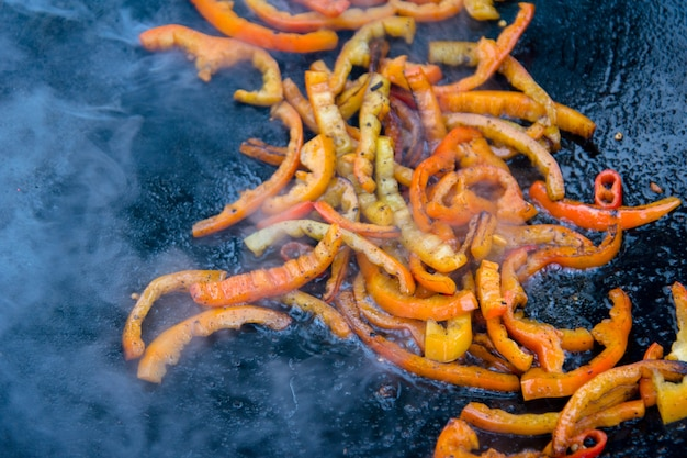 Gegrillte gebratene paprika auf einer heißen pfanne Premium Fotos