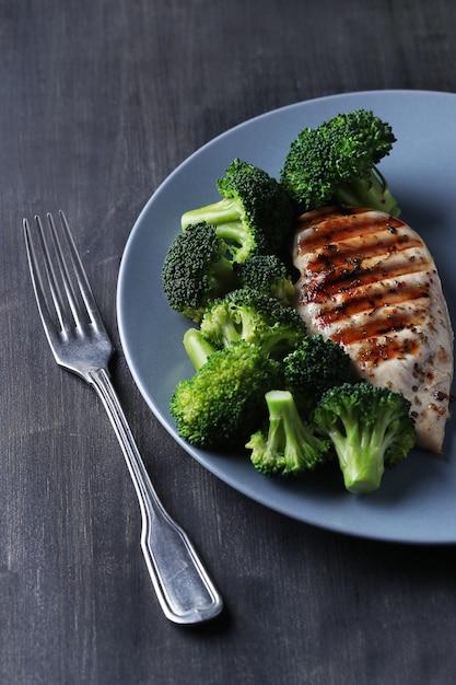 Gegrillte hähnchenbrust mit brokkoli Kostenlose Fotos