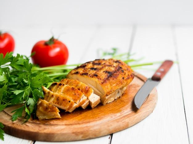 Gegrillte hähnchenbrust mit gemüse Premium Fotos