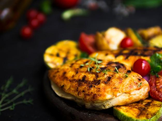 Gegrillte hähnchenbrust mit gemüse Kostenlose Fotos