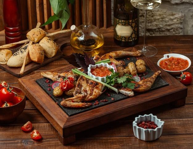 Gegrillte hähnchenstücke, garniert mit gemüse und kräutern, serviert mit auberginensalat Kostenlose Fotos