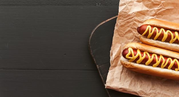 Gegrillte hotdogs mit amerikanischem senf Premium Fotos