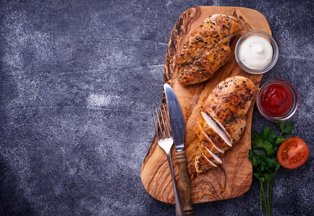 Gegrillte hühnerbrust oder filet auf eisenpfanne Premium Fotos