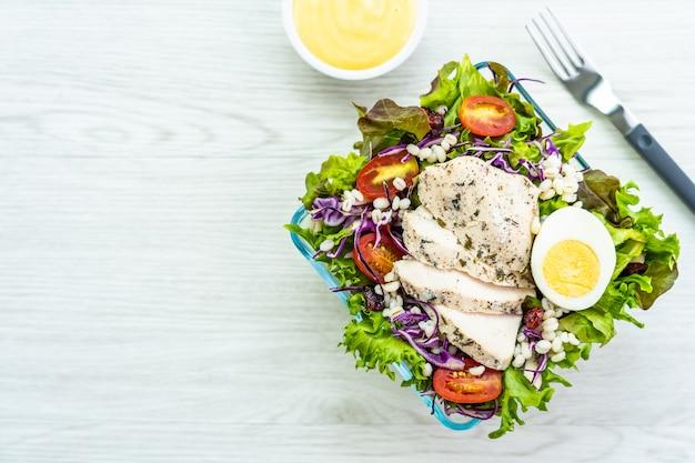 Gegrillte hühnerbrust und fleischsalat Kostenlose Fotos