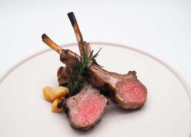 Gegrillte lammrippen, gegrillte lammkoteletts, gegrilltes fleisch Premium Fotos