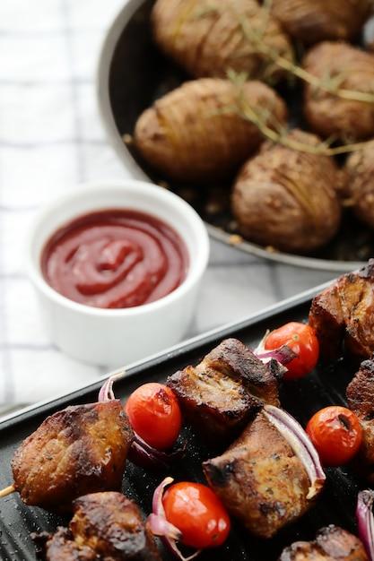 Gegrillte rindfleisch- und tomatenspieße Kostenlose Fotos