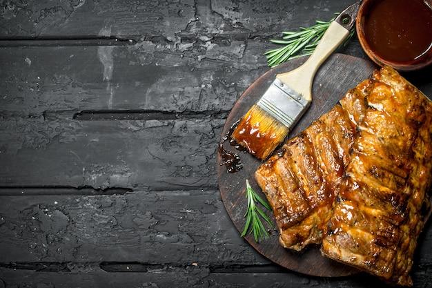 Gegrillte rippchen mit sauce. Premium Fotos