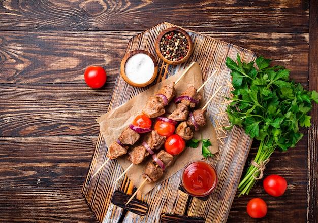 Gegrillte schaschlikspieße mit tomaten Premium Fotos