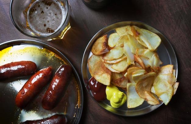 Gegrillte würstchen auf dem grill zubereitet Premium Fotos