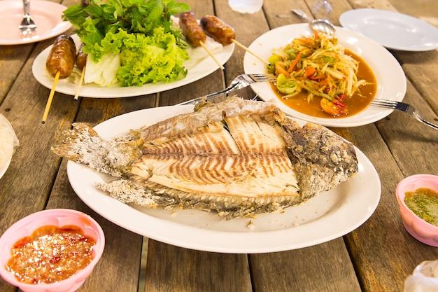 Gegrillter fisch mit salzkruste, flammender fisch. Premium Fotos