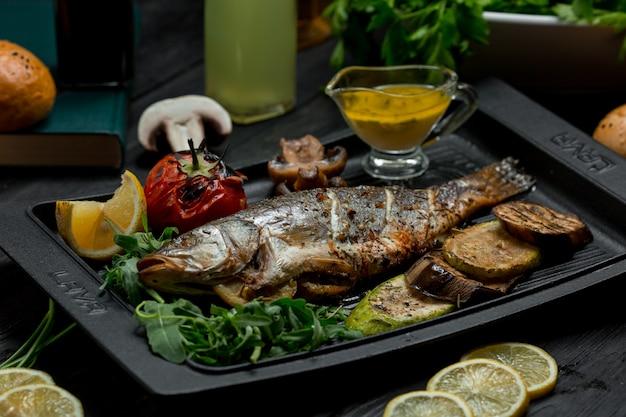 Gegrillter fischgrill mit gemüse und dip-sauce Kostenlose Fotos