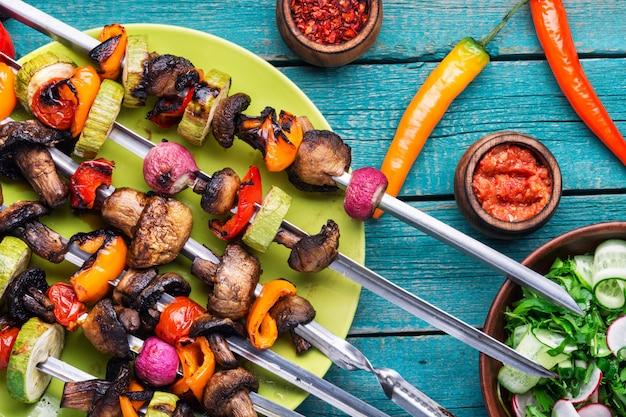 Gegrillter gemüseaufsteckspindelkebab Premium Fotos