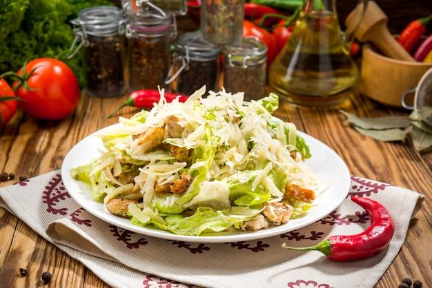 Gegrillter hühner-caesar-salat mit käse und croutons Premium Fotos