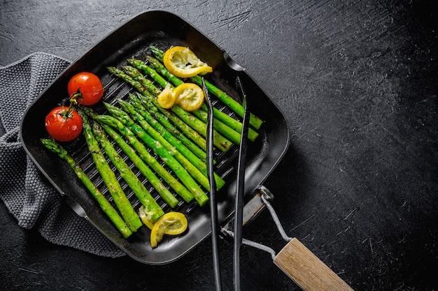 Gegrillter spargel auf grillpfanne Kostenlose Fotos