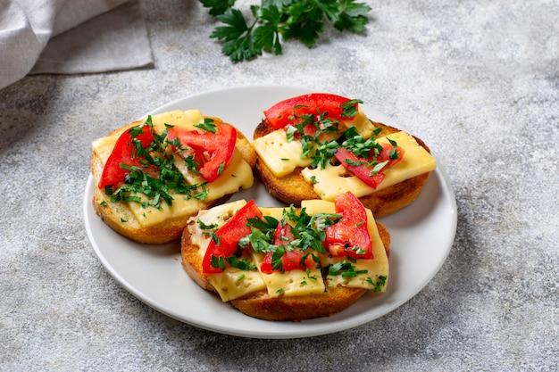 Gegrillter toast mit tomate und käse Premium Fotos