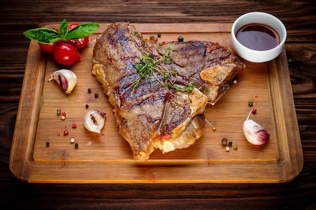 Gegrilltes bbq-t-bone-steak Premium Fotos