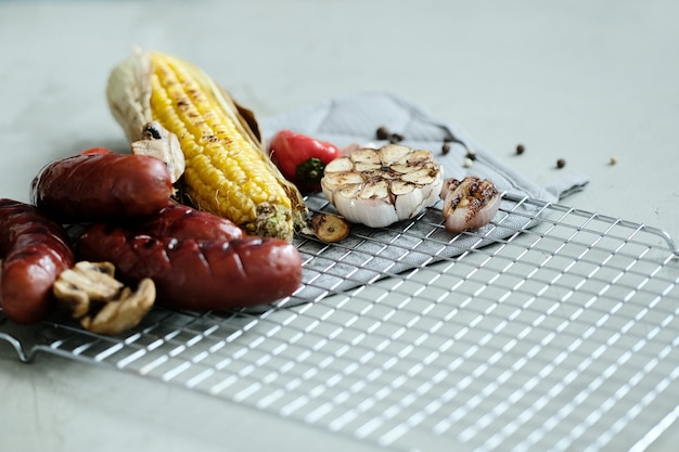 Gegrilltes essen auf einem tablett Kostenlose Fotos