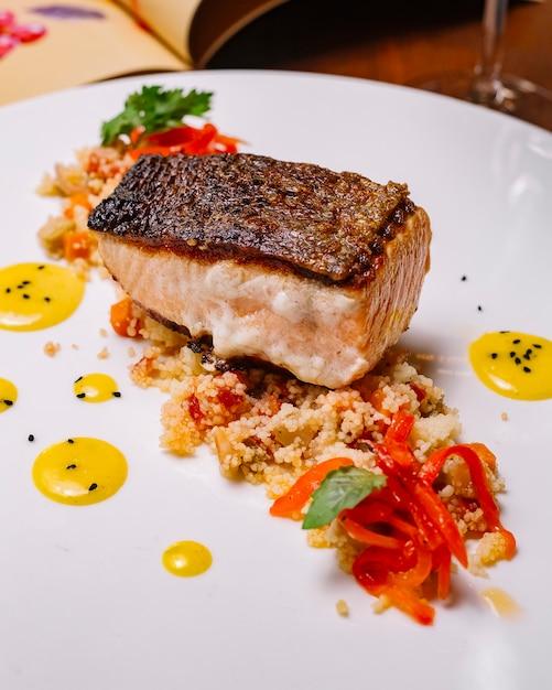 Gegrilltes fischfilet auf dem couscous-salat mit paprika Kostenlose Fotos