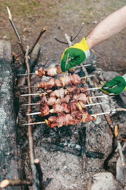 Gegrilltes fleisch auf dem feuer Premium Fotos