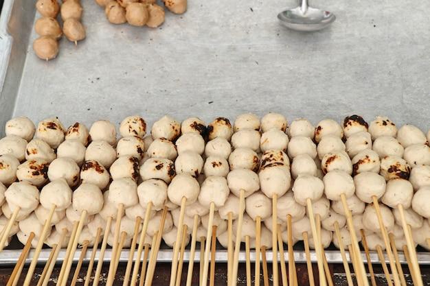 Gegrilltes fleischbällchen am straßenessen Premium Fotos